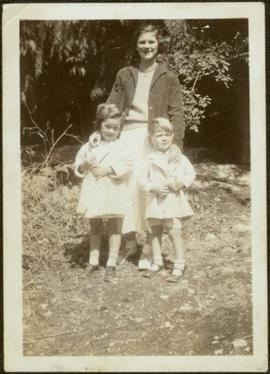 Young Iona Hardy with mother and brother
