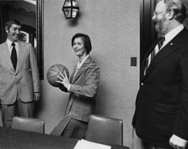 Iona Campagnolo holding basketball