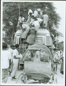 Bangladesh : People on a bus