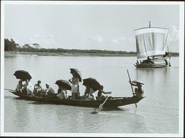 Bangladesh : People in a boat