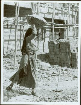 Bangladesh : Woman with basket