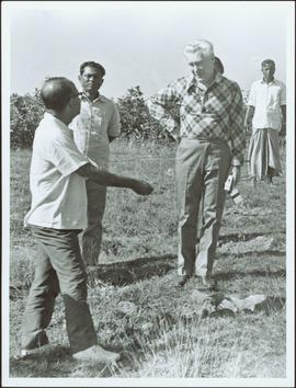 Bangladesh : Ray Williston talking with a group of men